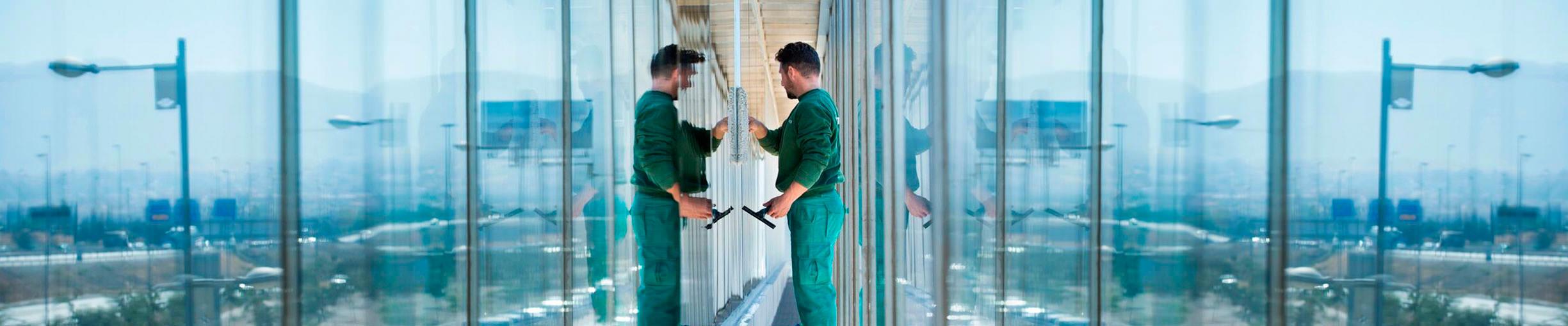 Limpiezas Castor. limpieza-cristales-altura-sevilla Limpieza de cristales en altura Sevilla